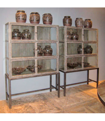 Vitrina madera y metal grisacea